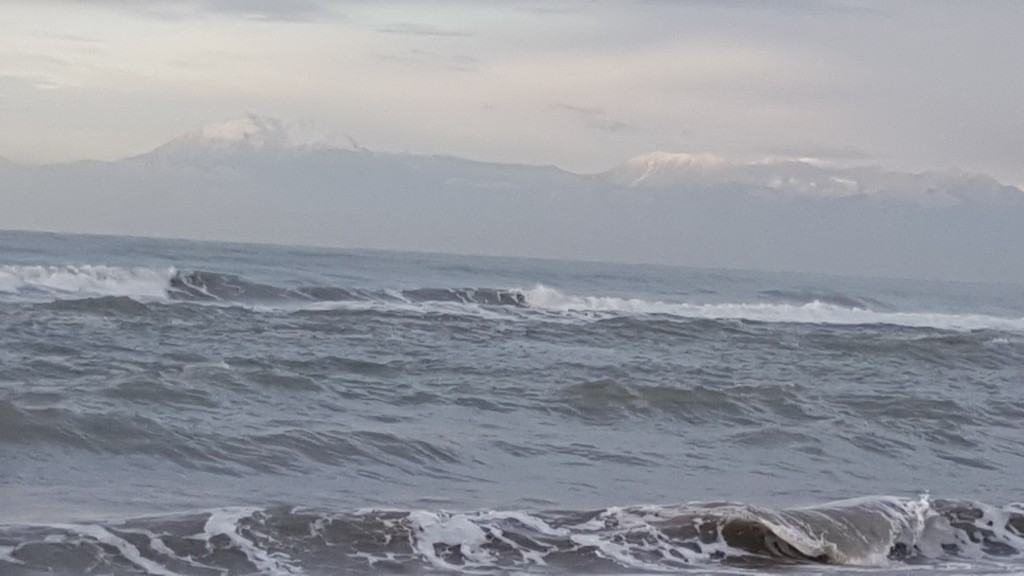 موج البحر والجبال البيضاء
