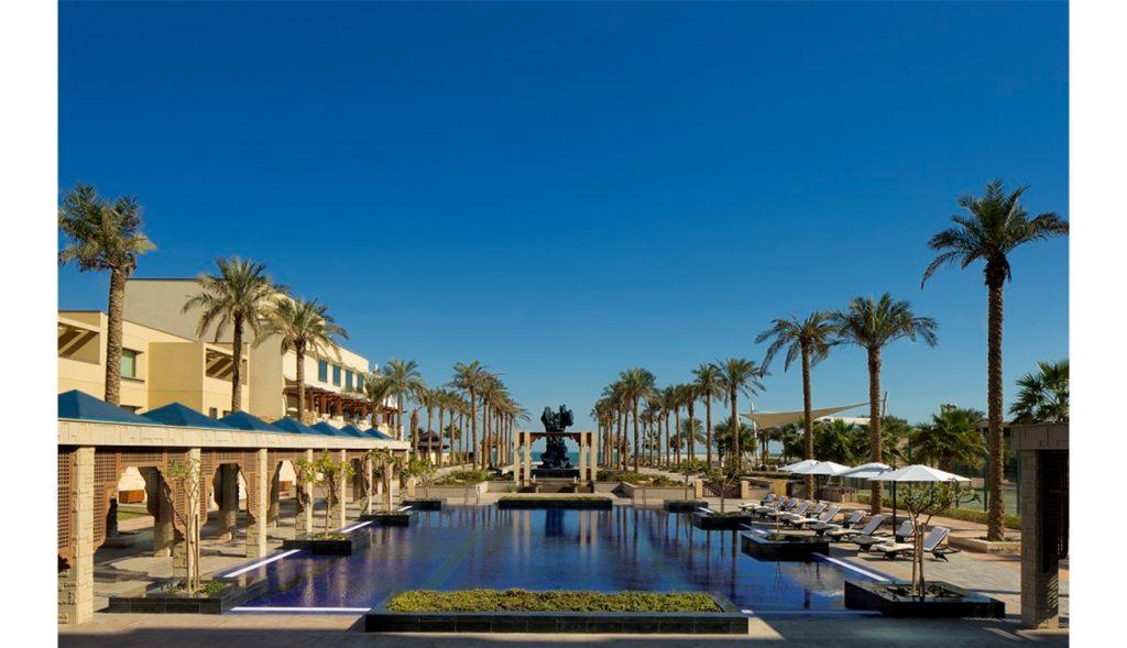فندق ومنتجع جميرا شاطئ المسيلة بالكويت - إطلالة حمام السباحة