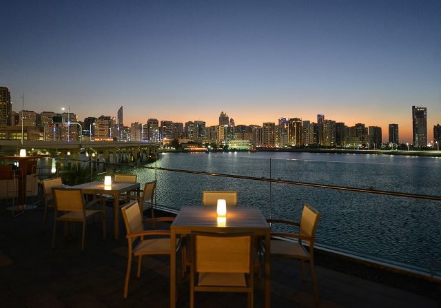تراس مطعم سمبوسك في فندق روزوود أبوظبي