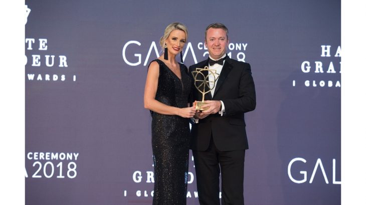 general-manager-dermot-birchall-receiving-the-best-seaside-resort-in-oman-award-from-haute-grandeur-global-awards-1