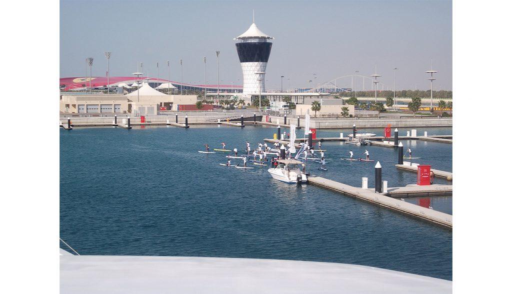 دروس رياضة التجديف على الألواح المائية في مرسى ياس مارينا أبوظبي (2)