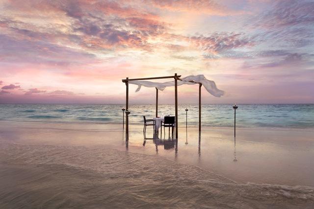 Naladhu_Private_Island_Maldives_Sandbank_Dinner