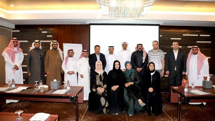 ممثلين من دائرة الثقافة والسياحة -أبوظبي مع مجموعة من الإعلاميين السعوديين